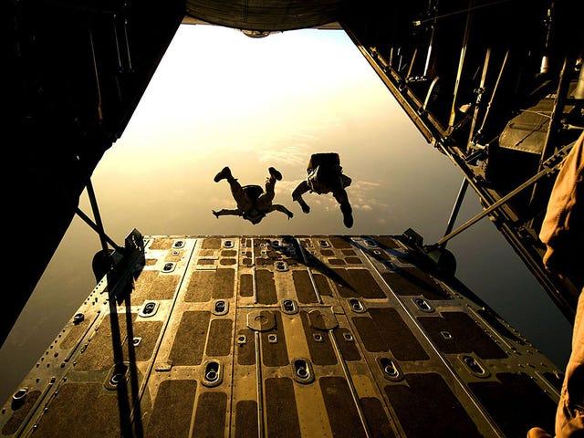 根据幸存者的数据,如何在没有降落伞的情况下从飞机上掉下来并生存下来
