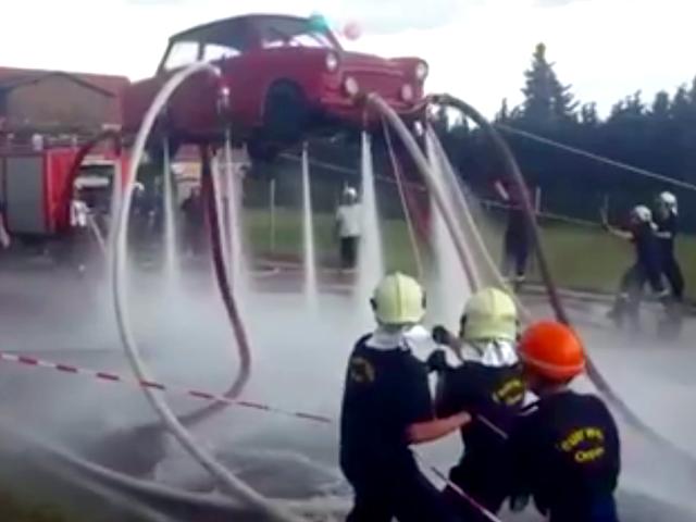 Palomiehet nostavat koko auton käyttämättä mitään muuta kuin vettä