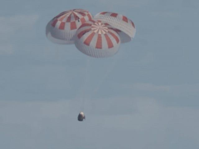 Phi hành đoàn rồng regresa sin vấn đề a la Tierra en un éxito histórico para SpaceX