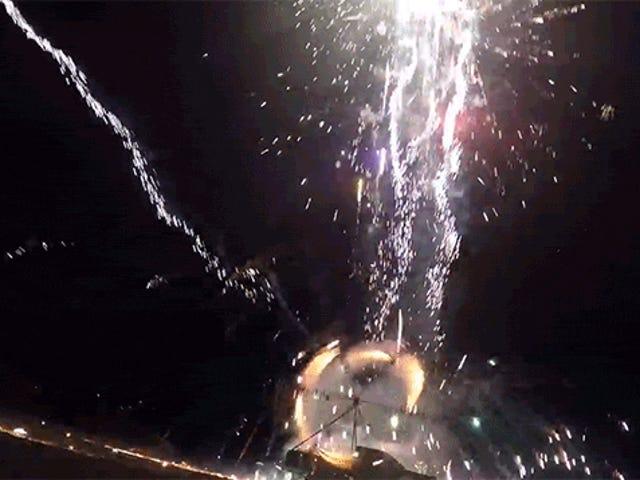 Cối xay gió khổng lồ quay pháo hoa này mang đến một màn trình diễn ánh sáng bùng nổ ngoạn mục