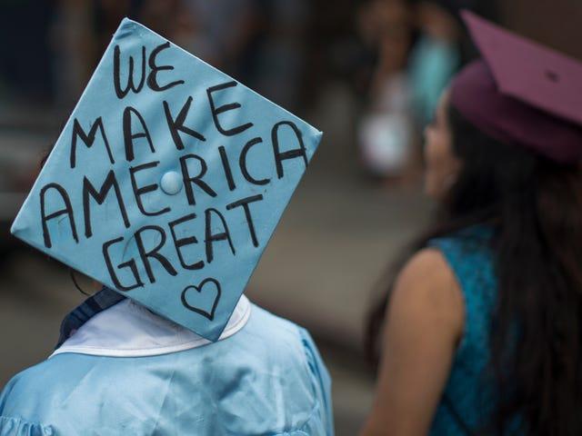 Tòa án tối cao Arizona chỉ cần fuck hàng ngàn sinh viên DACA