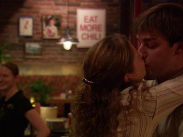 John Krasinski dan Jenna Fischer dari Kantor tidak setuju tentang ciuman mana yang merupakan ciuman pertama Jim dan Pam