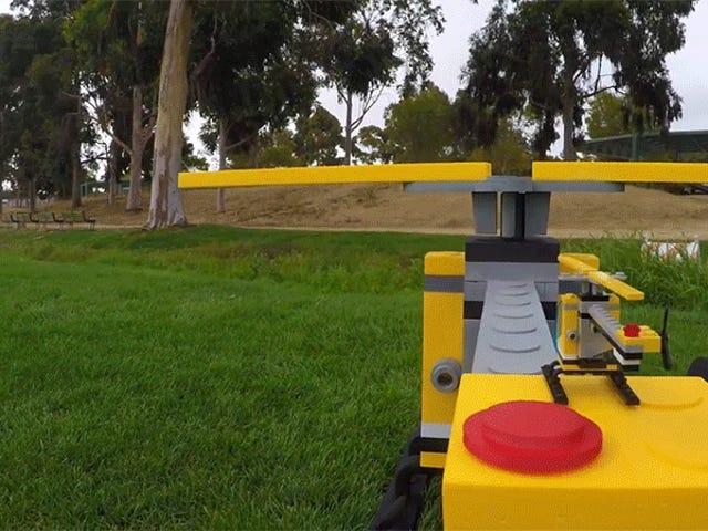 С некоторыми умными инженерами, этот парень создал суперзакрытый вертолет Лего, фактически летающий