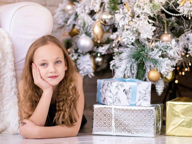 Ponga a sus hijos a cargo de regalar este año