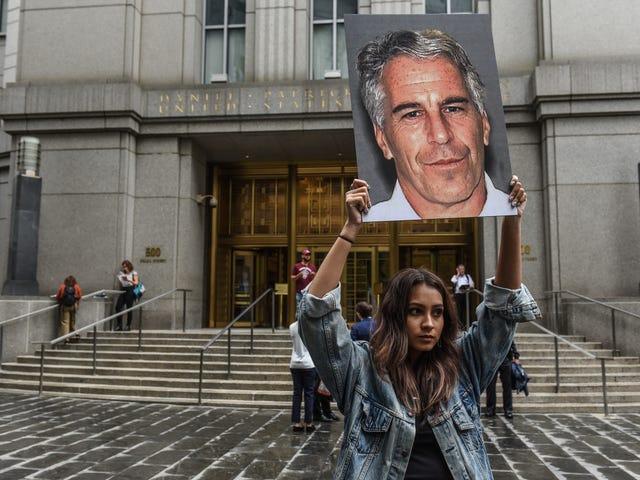 Reporter väitteet <i>Vanity Fair</i> Leikkaa yksityiskohtia Epsteinin väitetystä seksuaalisesta väärinkäytöstä vuonna 2003