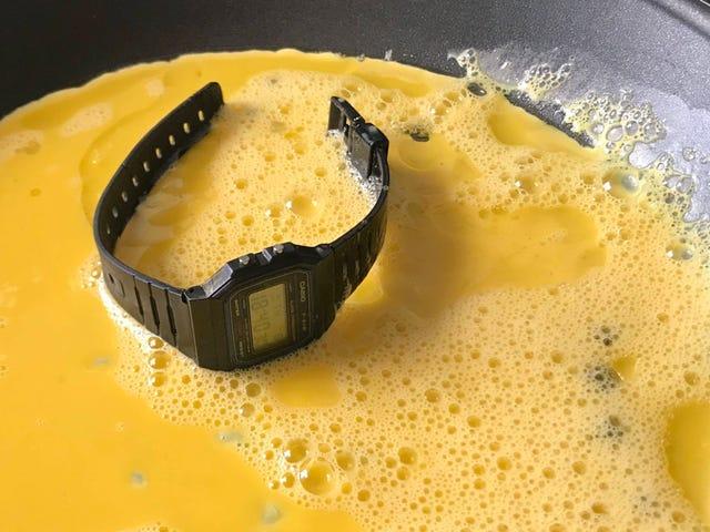 Hace una tortilla con un reloj Casio, lo mete en la lavadora, lo sumerge en lejía: sigue funcionando