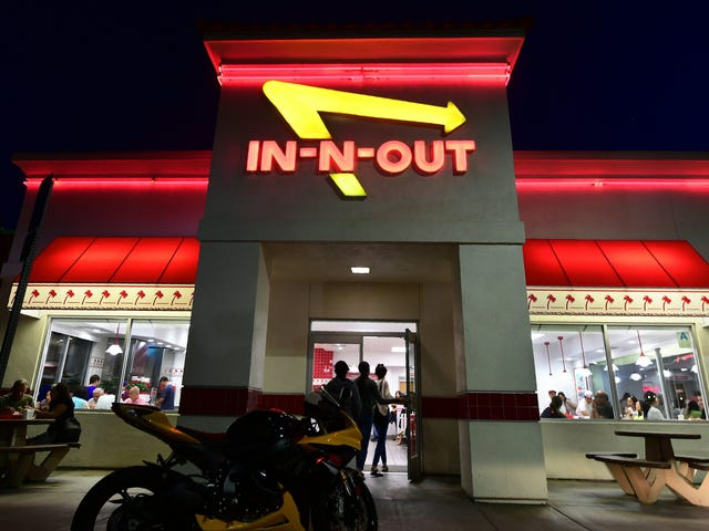 "<a href=https://thetakeout.com/false-announcement-in-n-out-wichita-april-fools-day-1833776187&xid=17259,15700019,15700186,15700190,15700256,15700259,15700262 data-id="""" onclick=""window.ga('send', 'event', 'Permalink page click', 'Permalink page click - post header', 'standard');"">Satu lagi bandar dihancurkan oleh janji palsu In-N-Out</a>"
