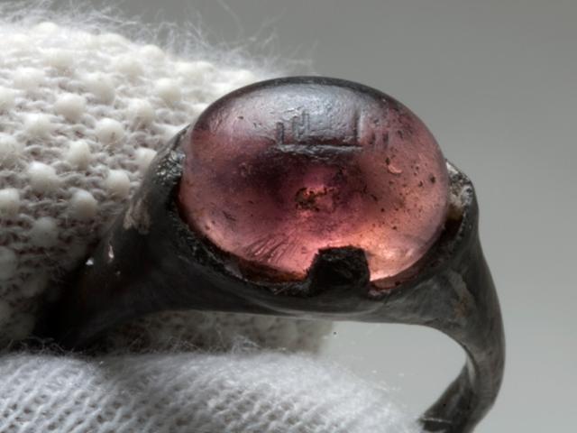Paano Nakarating ang Ang Arabikong Inscribed Ring na Ito Sa Isang Ika-9 na Siglong Viking Grave?