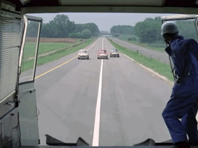 Spróbuj wykonać jeden z najbardziej typowych manewrów jazdy w kinie.  Kończy się w ciężarówce