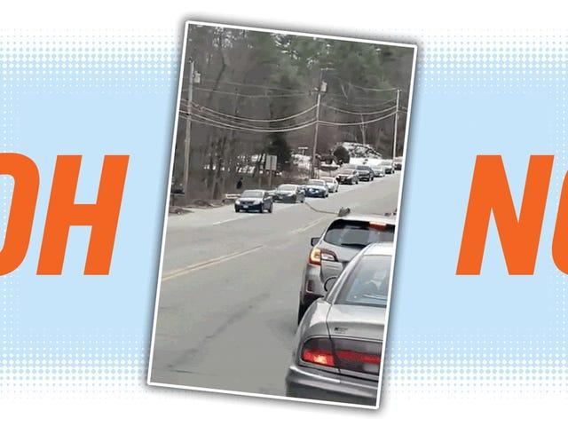 Guy in geparktem Truck nimmt alarmierendes Video von High-Speed-Verfolgungsjagd in ihn ein