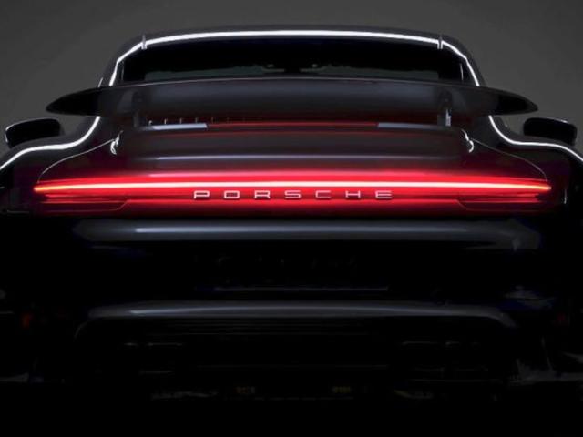新款保时捷911 Turbo将再次拥有庞大的机翼