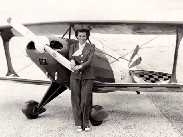 """""""First Lady Of Firsts"""" sætter over 400 verdensrekorder i stuntfly, racebiler og fartbåde"""