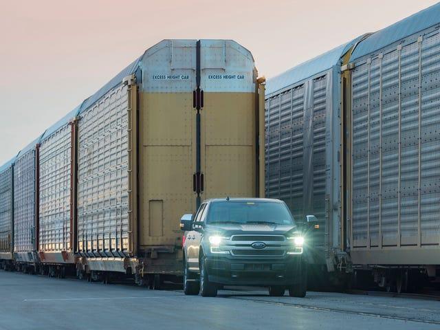 Titta på en elektrisk Ford F-150-prototyp med ett 1 miljon pund-tåg som en del av ett PR-stunt