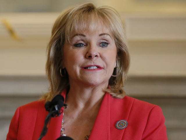 Oklahoma Gov. Mary Fallin ber borgerna att be om statens oljeindustri