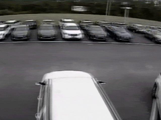 Camry-Fahrer macht unglaublichen ungeplanten Draufgänger-Sprung über ein Dutzend geparkter Autos