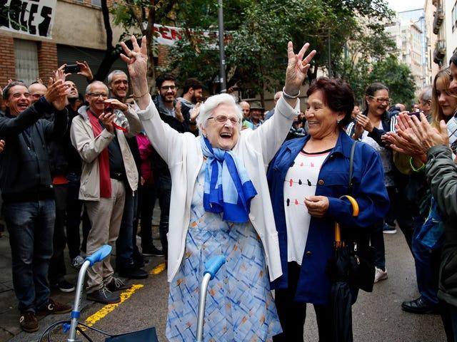 Hiszpańska policja pobiła setki wyborców w referendum w sprawie niepodległości Katalonii