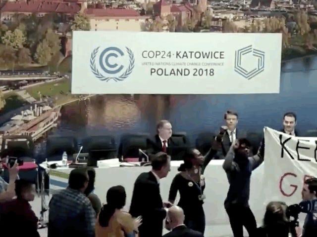 Los manifestantes gritan el evento de combustible pro-fósil de EE. UU. En las negociaciones internacionales sobre el clima en Polonia