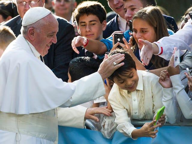 El Vaticano desmiente que el papa Francisco esté enviando bendiciones por WhatsApp