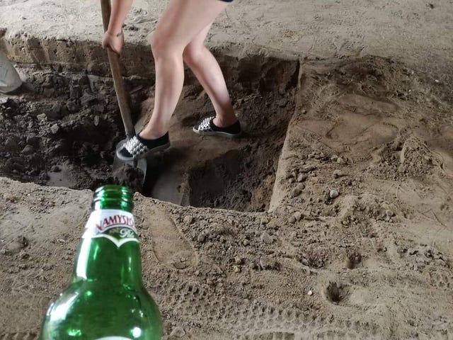 Работаем, копаем новую смотровую яму в магазине