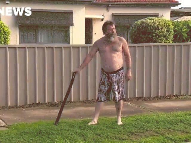 Un hombre australiano semidesnudo usa Didgeridoo para alejar al intruso y luego vuelve a representar todo el asunto