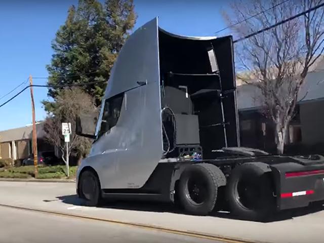 Graban un camión eléctrico de Tesla acelerando a fondo en la calle, y es espectacular