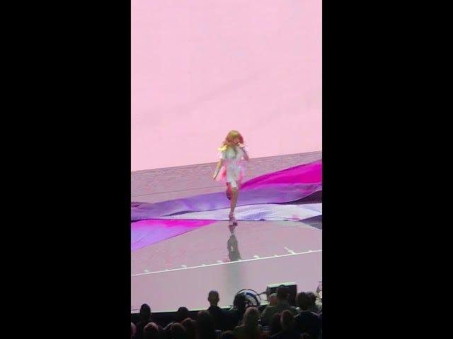 Ecco una clip di Paula Abdul che cade da un palcoscenico