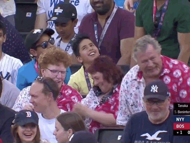 แฟนเบสบอลที่น่ารักเพียงต้องการให้ทั้งสองทีมมีความสนุกสนาน
