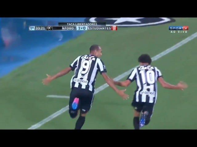 Fotboll Guy Cykel-sparkar boll till lagkamrater, vem då cyklar-sparkar boll i mål
