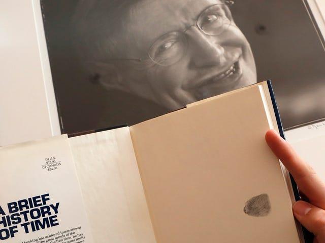 Venta de tesis doctorales y de sillas de ruedas de Stephen Hawking en una subasta multimillonaria