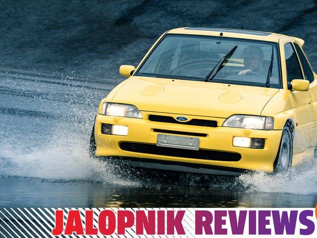 Ford Escort RS Cosworth 1996 года такой же острый, как и любой современный спортивный автомобиль