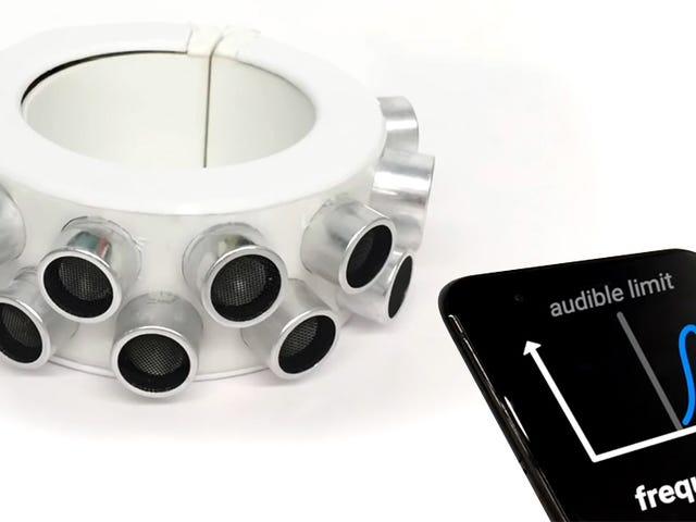 Les goujons de ce bracelet punk sont en fait des haut-parleurs ultrasoniques à brouillage de microphone