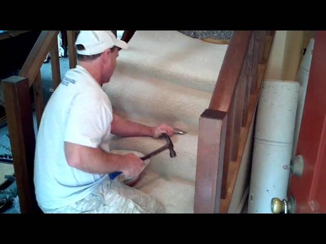 Udskift din slidte trappe tæppe med nogle få grundlæggende værktøjer