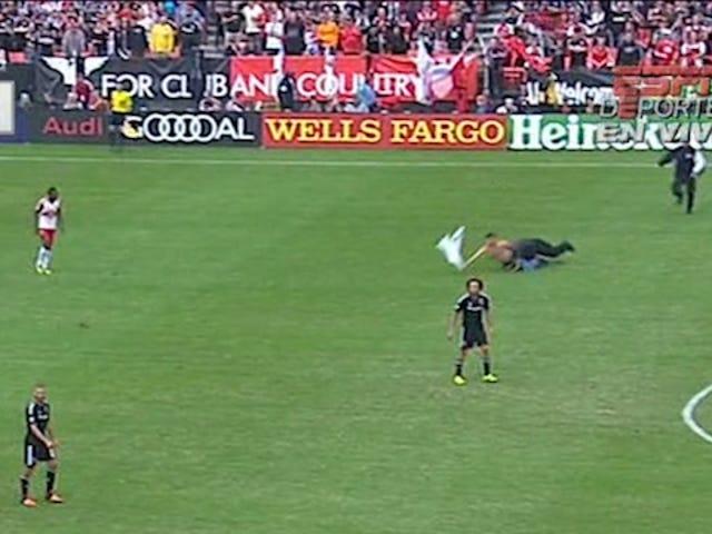 Idiot på fältet invaderar ställning på MLS Playoff Match, får sparken