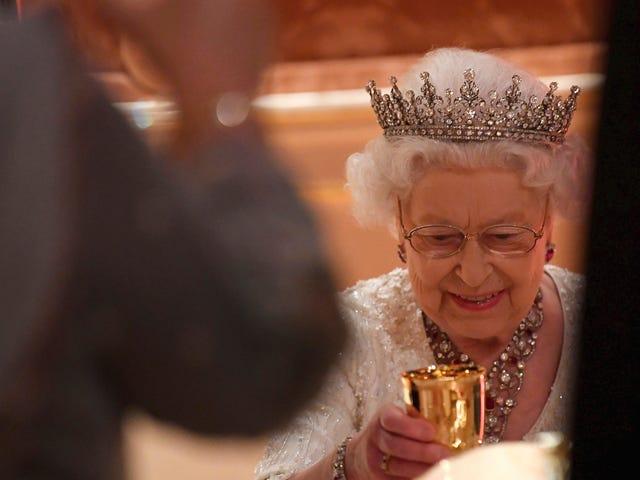 Hvorfor dronning Elizabeth II kræver, at isterninger til drinks altid er runde
