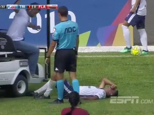 Το τραυματισμένο ποδόσφαιρο του ποδοσφαιριστή τρέχει πάνω από το ιατρικό καλάθι που σημαίνει να τον διασώσει