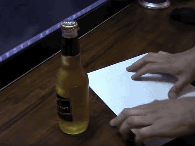 Abrir una botella de cerveza罪行走廊esfácil。  Solo necesitas una hoja de papel