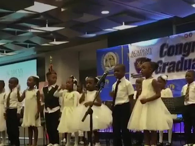 Assista: Estes pequenos graduados vão fazer o seu dia com 'Hey Black Child'