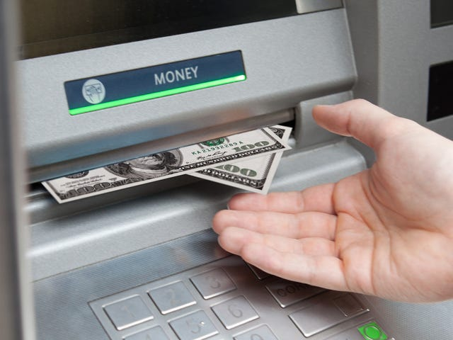 Konta kontrolne, które pozwalają uniknąć opłat za bankomat zagraniczny