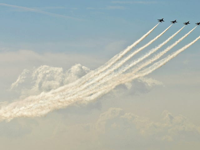 Photo of US Air Force F-16 Thunderbirds flying perfectly into the sky