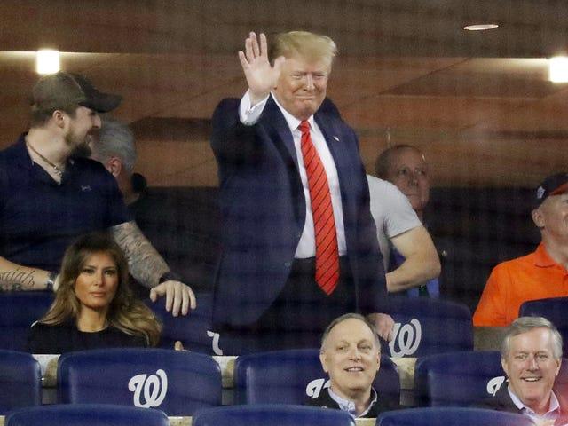 """唐纳德·特朗普(Donald Trump)在世界大赛上罕见地公开露面,被""""锁住他"""",""""责骂他""""的麻烦所困扰"""