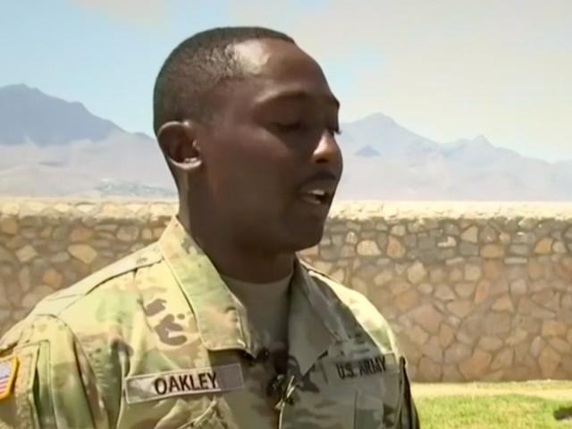 Un soldat de l'armée est appelé un héros pour sauver les enfants lors du tir à El Paso.  Il veut juste oublier ce qui s'est passé