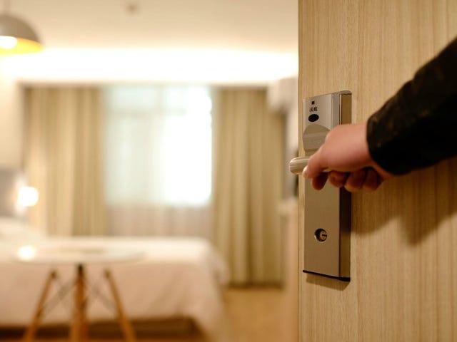 No tiene que usar la tecla de su habitación para operar las luces de la habitación del hotel