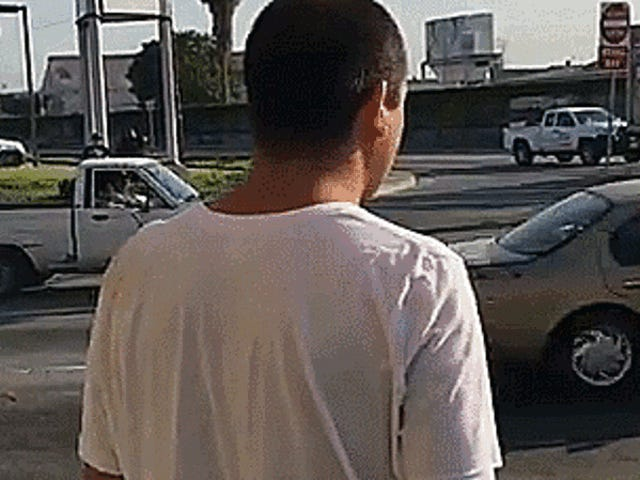 Ο Λος Άντζελες ο άνθρωπος παίρνει μήνυμα σε όλη την επανειλημμένα Slamming αυτοκίνητο στην κυκλοφορία