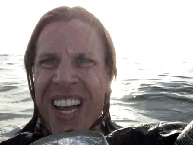 Et par er filmet midt i havet, efter at deres fly styrtede ned
