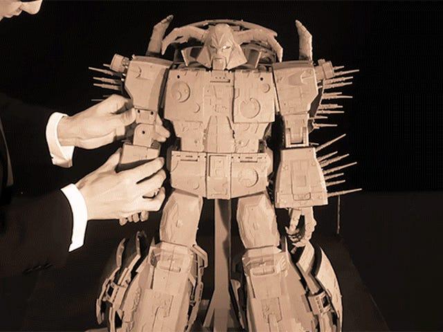 Yksinoikeus: Katso japanilaista miestä Tuxedossa, joka muuttaa hitaasti Hasbron jättiläismäistä uutta Unicron-lelua