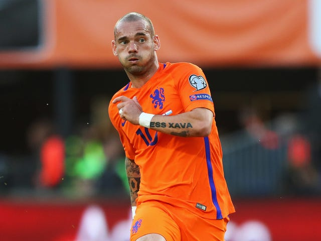 Ulat: Ang Mga Parang Parang Olandes Wesley Sneijder Lasing na Pinaikot At Napagdulot ng Urinated sa kanilang Kotse