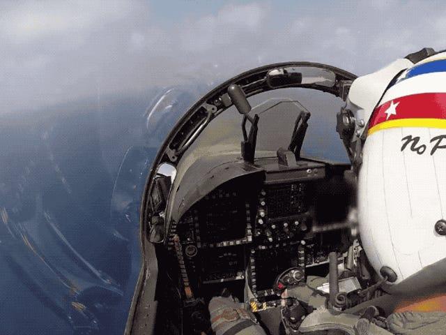 La habilidad de este piloto para aterrizar sobre un portaaviones hace que volar un F-18 parezca fácil