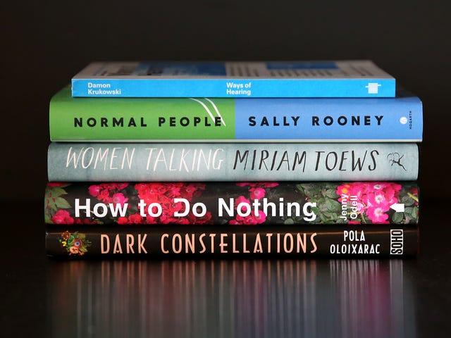ผู้หญิงกำลังพูดคุยกับ Miriam Toews พร้อมหนังสืออีก 5 เล่มให้อ่านในเดือนเมษายน