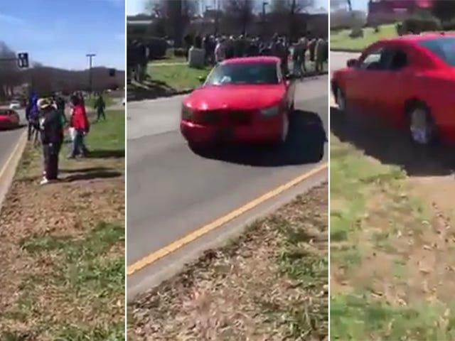 Carros aterrorizantes e motorista de terras de saída de café A acusação de arriscar imprudente de crime