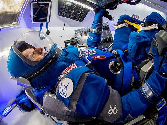 Los nuevos trajes de la NASA para aus astronauts parecen salidos de <i>2001: Una odisea del espacio</i>